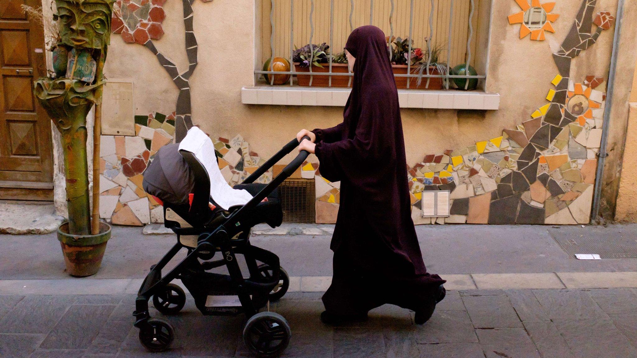 French veil debate uncovers schism on religious symbols