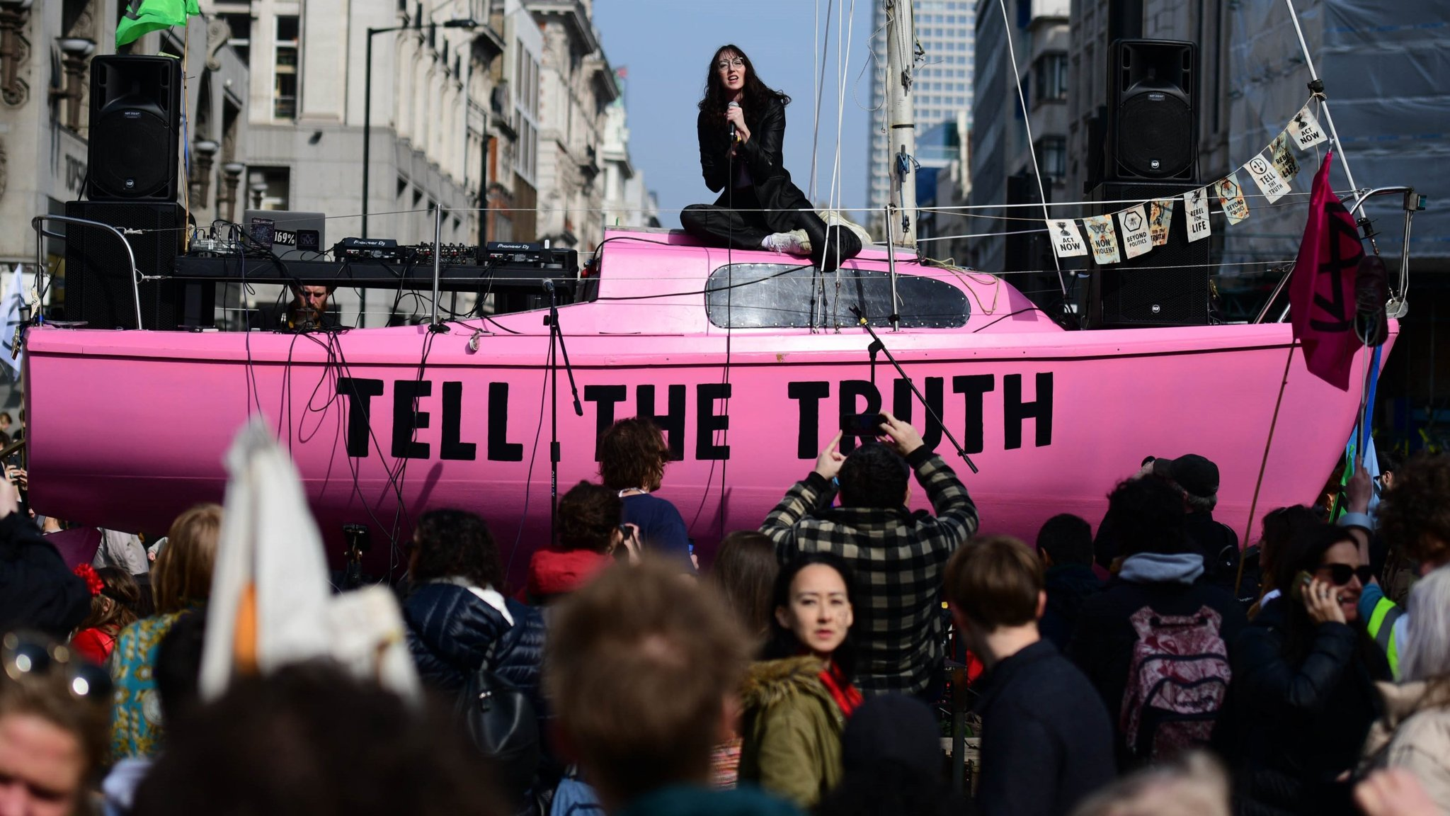 Climate protest brings London to a standstill | Financial Times