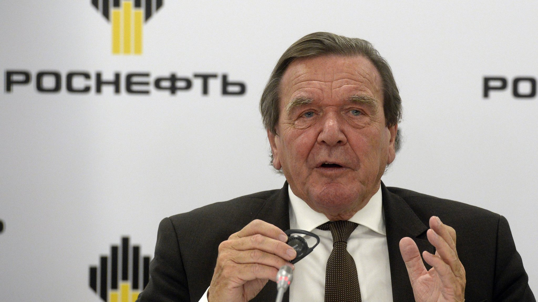 Heads of Rosneft and Gazprom ordered to publish data on their income 12/22/2014 35