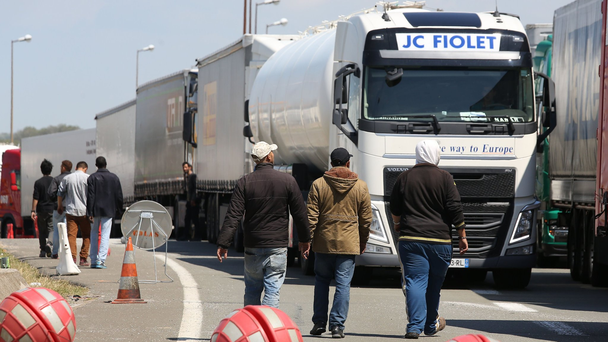 Calais migrant crisis drives UK hauliers from Europe
