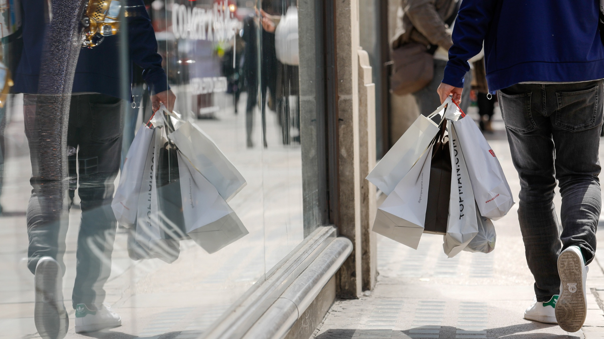 UK inflation rate stays at three-year low, supporting shoppers