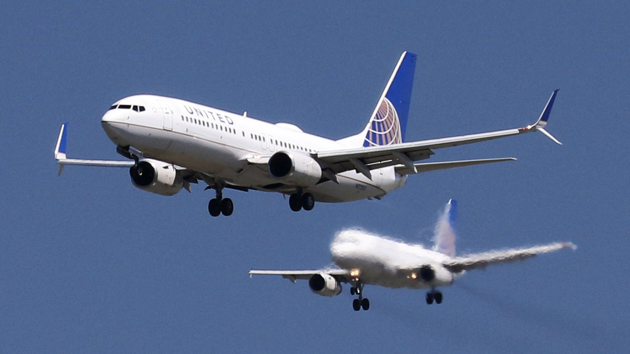 Airline stocks plunge on price war fears