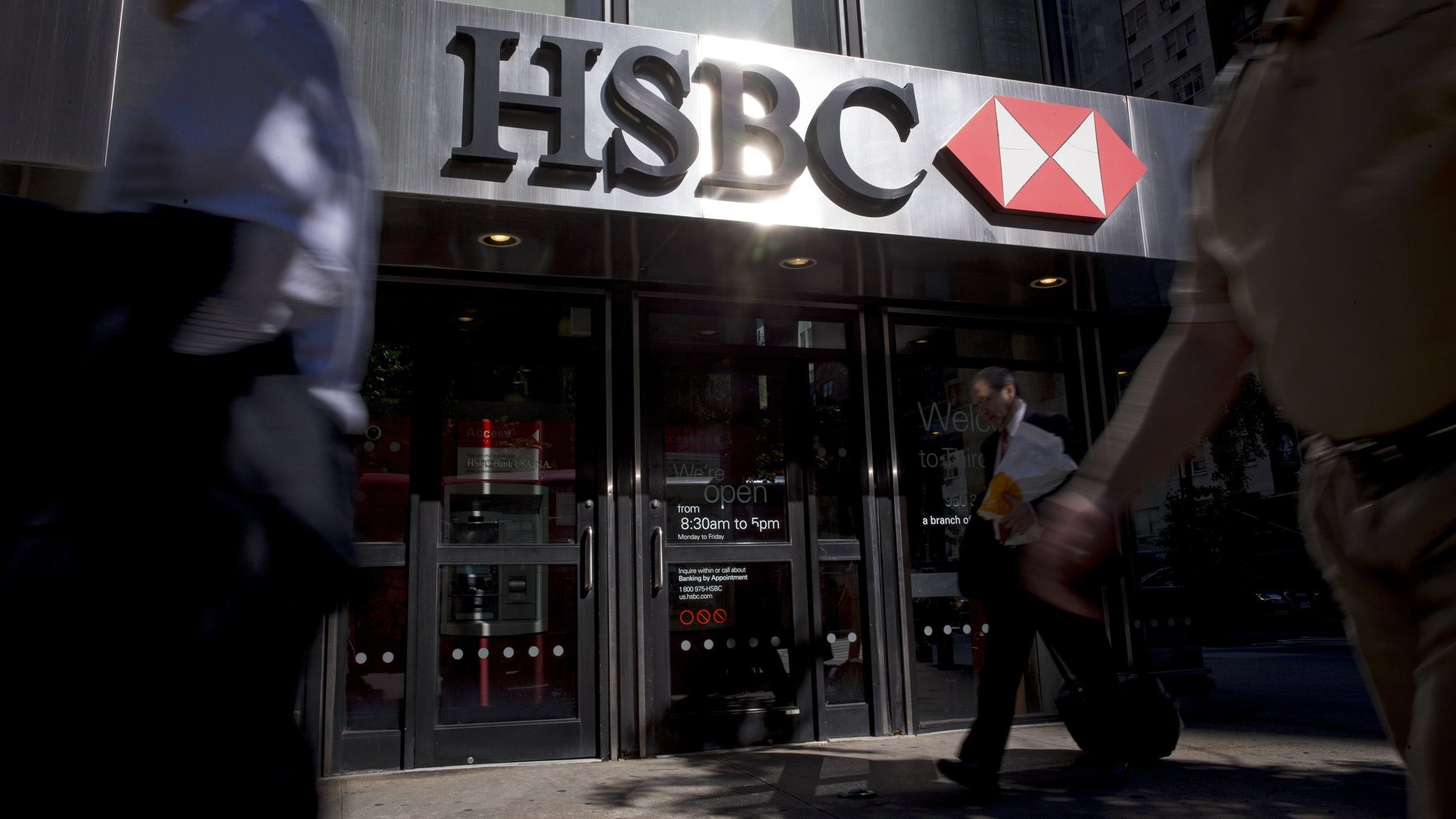 HSBC warns on $1 5bn penalty as Gulliver bows out as chief