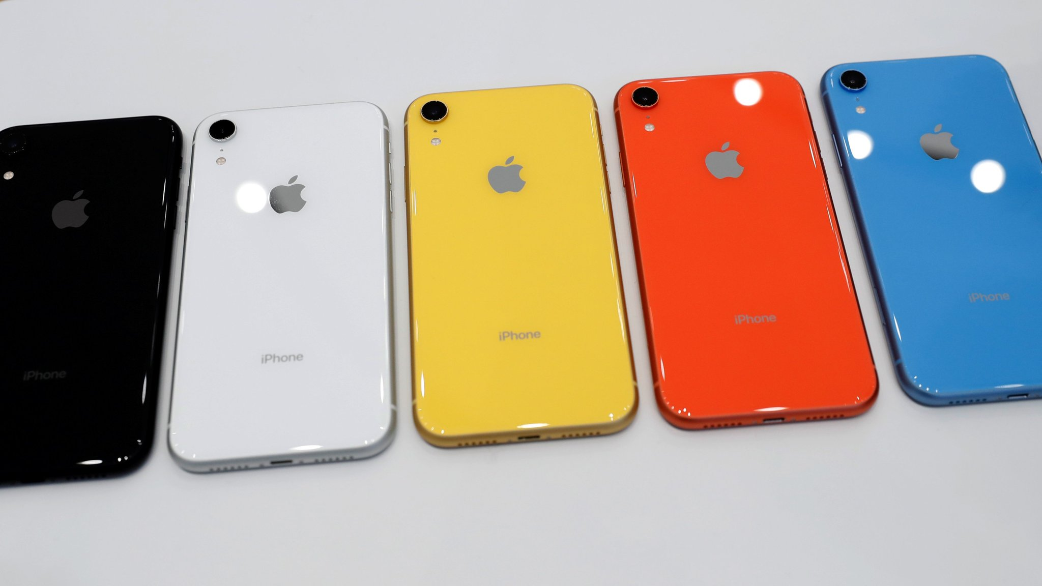 Apple Delivers Upbeat Outlook Despite Shrinking Iphone Sales Financial Times