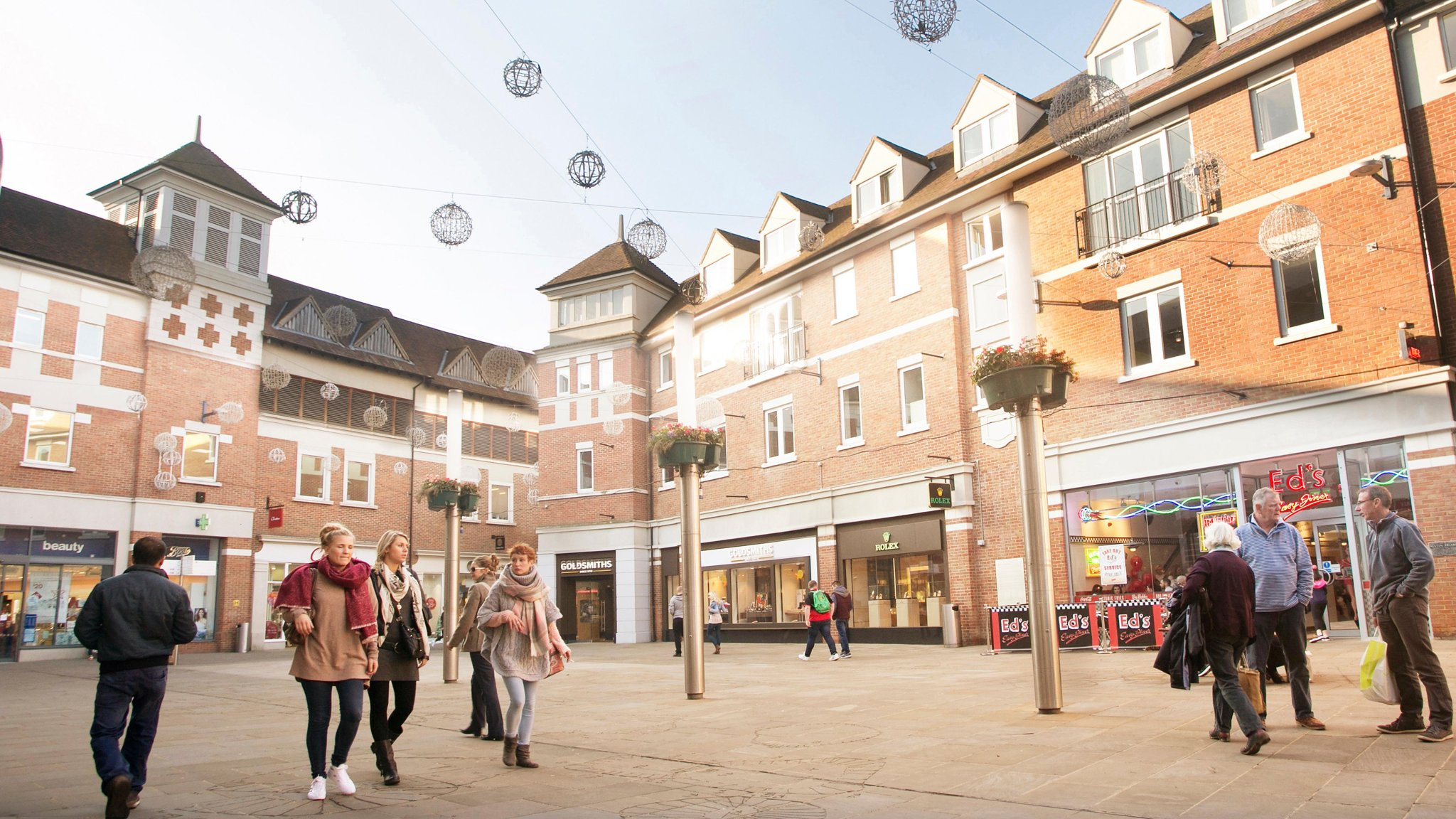 Councils buy shopping centres as retailers struggle | Financial Times