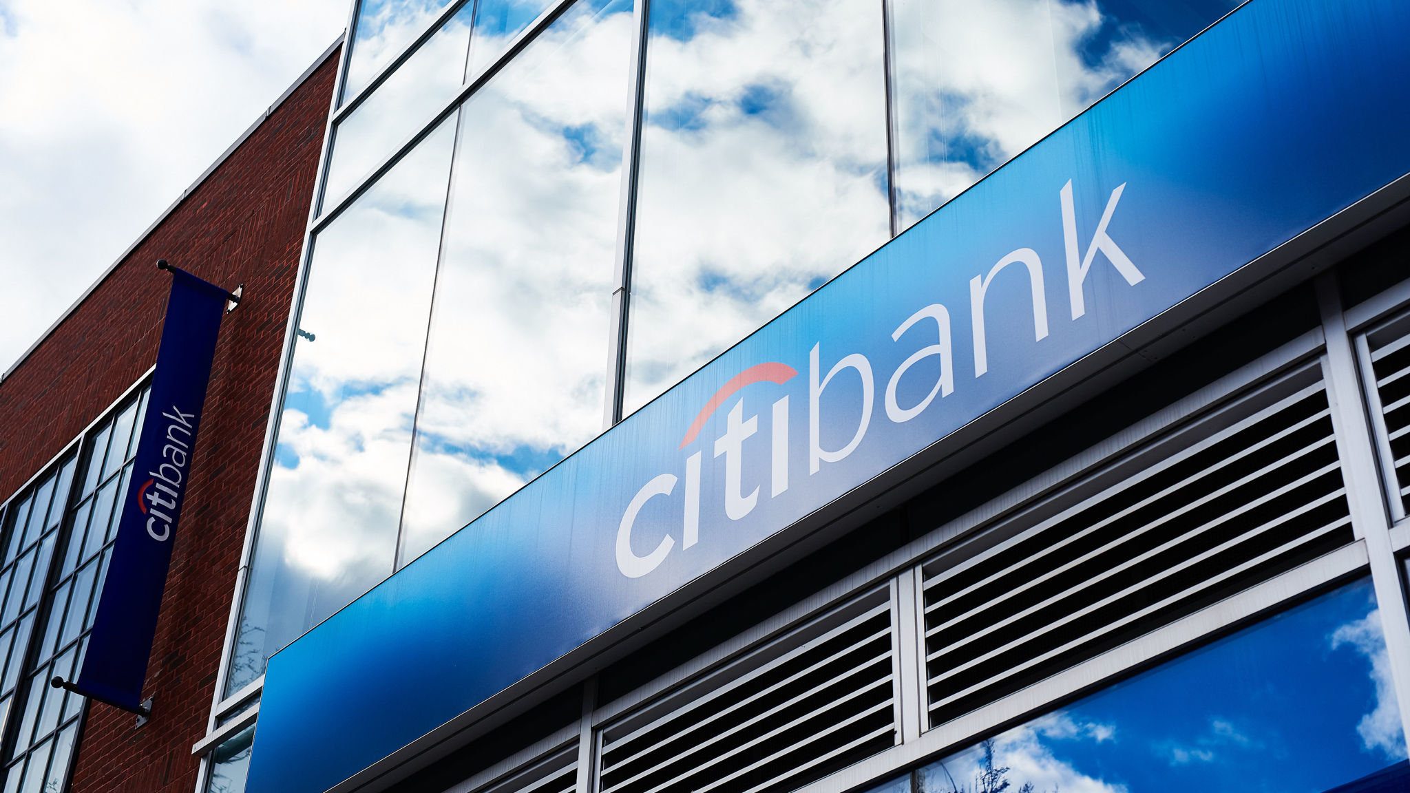 Citi cuts pay by $300m as quarterly revenues fall to two-year low