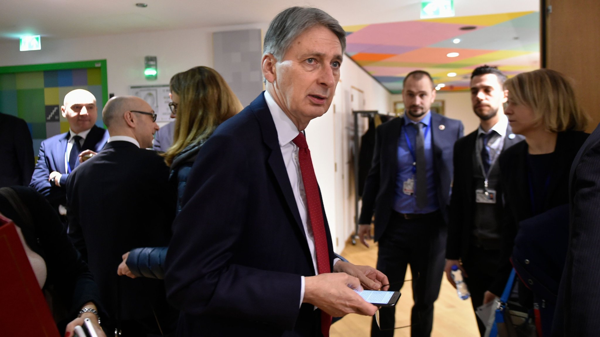 Hammond calls for soft Brexit to safeguard economy