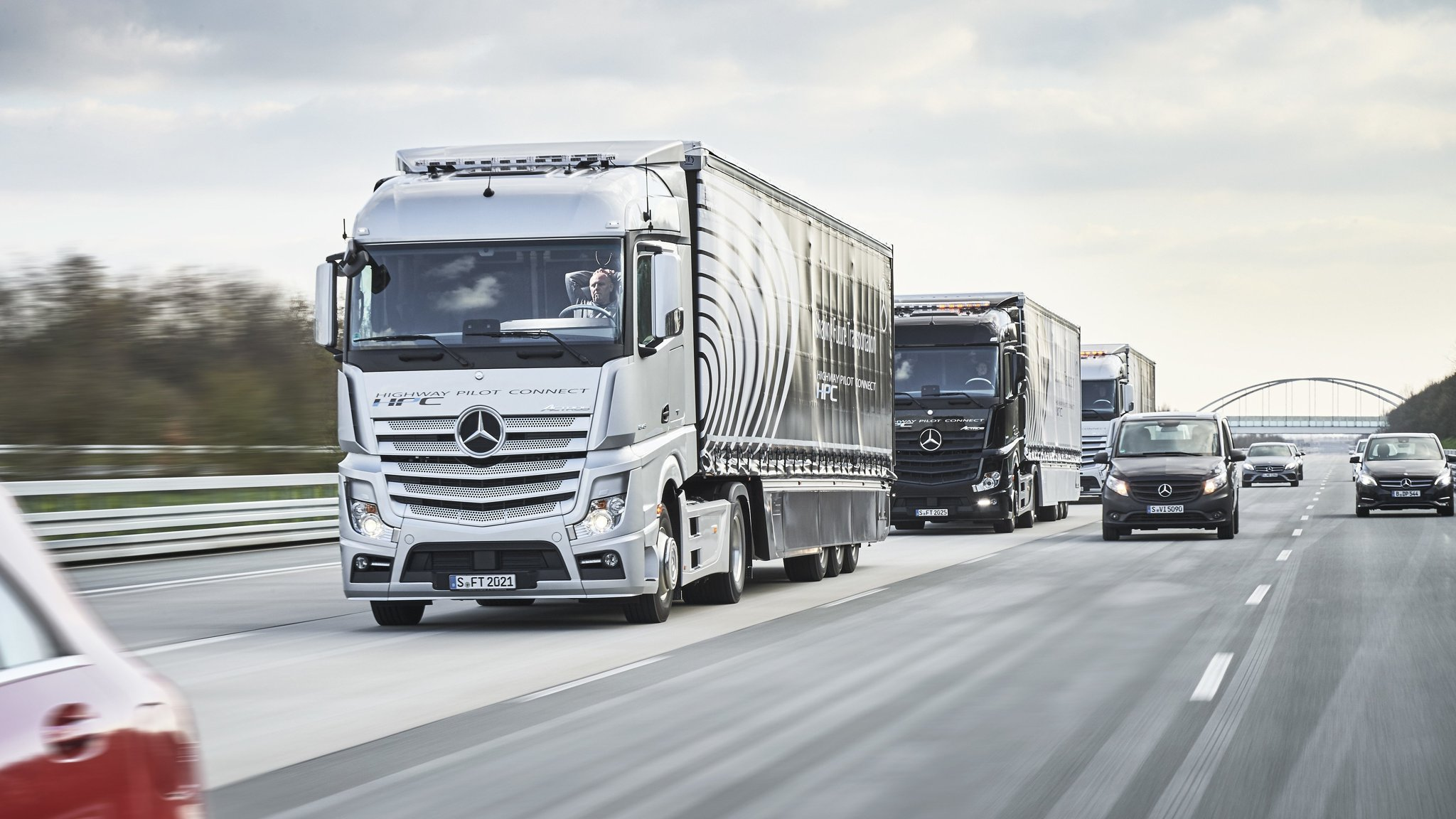 Daimler trucks plans self driving lorries at airports