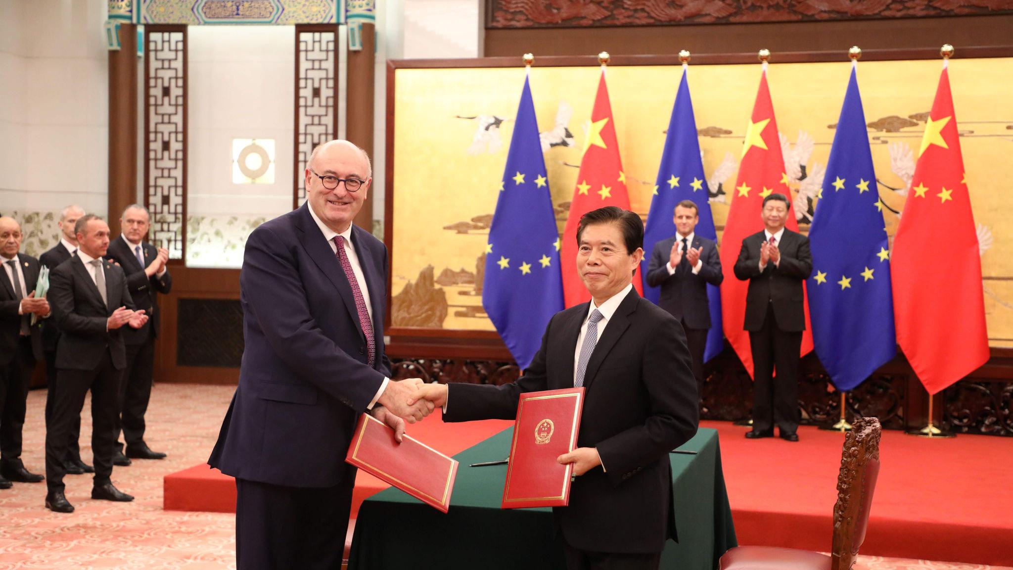 Desde la izquierda, el Comisario de Comercio de la UE designado Phil Hogan, el presidente francés Emmanuel Macron, el presidente chino Xi Jinping y el Ministro de Comercio chino Zhong Shan marcan una serie de acuerdos en el Gran Salón del Pueblo en Beijing. Foto: Reuters